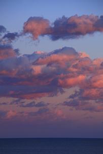 海の夕暮れ 燃えるような夕焼け雲の写真素材 [FYI00461463]