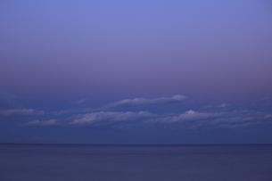 ザ・マジックアワー 水平線 空 海 雲の写真素材 [FYI00461477]
