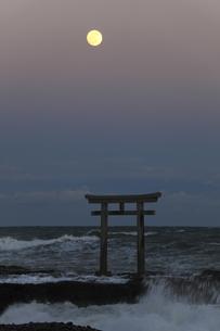 ザ・マジックアワー 神磯の鳥居 昇る満月 実写の写真素材 [FYI00461497]
