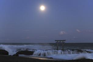 ザ・ブルーモーメント 神磯の鳥居 満月の夜 実写の写真素材 [FYI00461503]