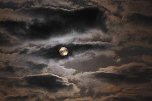 暗雲 垂れ込める 危機が迫り来る気配 凶事の前兆の写真素材 [FYI00461522]