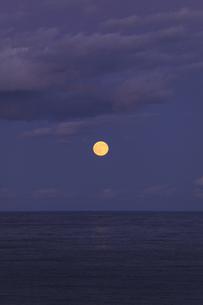 海の水平線から昇る 満月 実写の写真素材 [FYI00461525]