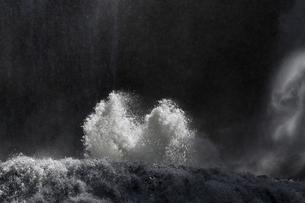 轟音とどろく 袋田の滝 嵐の激流に吹き上がる水柱の写真素材 [FYI00461538]