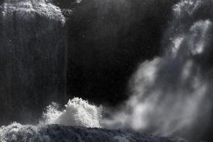 轟音とどろく 袋田の滝 嵐の激流に吹き上がる水柱の写真素材 [FYI00461546]