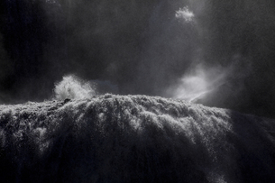 轟音とどろく 袋田の滝 嵐の激流に吹き上がる水柱の写真素材 [FYI00461567]