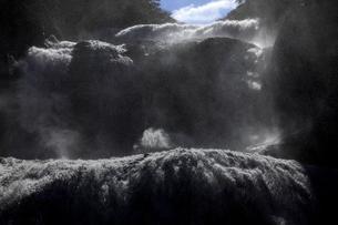 轟音とどろく 袋田の滝の全景  吹き上がる水柱 立ち籠める水煙の写真素材 [FYI00461568]