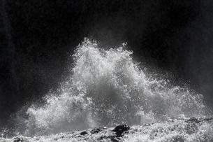 轟音とどろく 袋田の滝  吹き上がる水柱 立ち籠める水煙の写真素材 [FYI00461569]