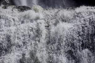 瀑布 袋田の滝 落下する水の流れを止める 1/2000秒の写真素材 [FYI00461582]