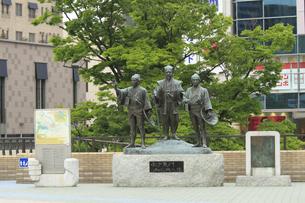 水戸黄門 助さん格さん像 :中央が黄門、左が助さん、右が格さん。水戸駅北口。の写真素材 [FYI00461609]