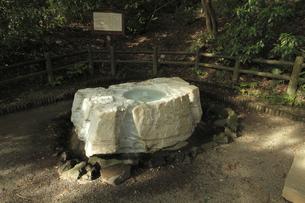 吐玉泉 :水利に詳しい徳川斉昭公の考案とされる。井筒は茨城県常陸太田市真弓山から採掘した大理石(寒水石)です。の写真素材 [FYI00461616]