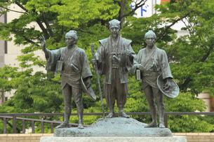 水戸黄門 助さん格さん像 :中央が黄門、左が助さん、右が格さん。水戸駅北口。の写真素材 [FYI00461617]