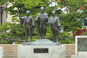 水戸黄門 助さん格さん像 :中央が黄門、左が助さん、右が格さん。水戸駅北口。の写真素材 [FYI00461618]