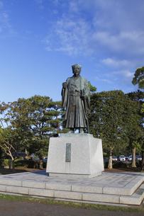 徳川光圀公像 :黄門像広場(千波湖の西側周辺)に立つ。水戸黄門特集に最適。「人物なし」の写真素材 [FYI00461620]