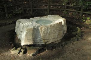 吐玉泉 :水利に詳しい徳川斉昭公の考案とされる。井筒は茨城県常陸太田市真弓山から採掘した大理石(寒水石)です。の写真素材 [FYI00461622]