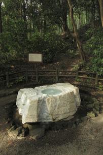 吐玉泉 :水利に詳しい徳川斉昭公の考案とされる。井筒は茨城県常陸太田市真弓山から採掘した大理石(寒水石)です。の写真素材 [FYI00461623]