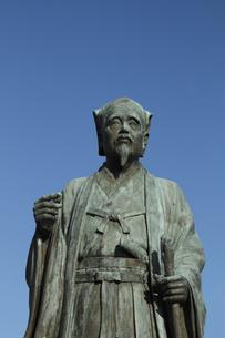 徳川光圀公像 :黄門像広場(千波湖の西側周辺)に立つ。水戸黄門特集に最適。「人物なし」の写真素材 [FYI00461625]