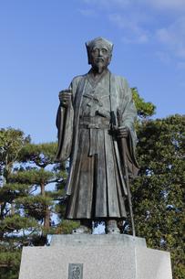 徳川光圀公像 :黄門像広場(千波湖の西側周辺)に立つ。水戸黄門特集に最適。「人物なし」の写真素材 [FYI00461627]