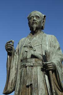 徳川光圀公像 :黄門像広場(千波湖の西側周辺)に立つ。水戸黄門特集に最適。「人物なし」の写真素材 [FYI00461628]