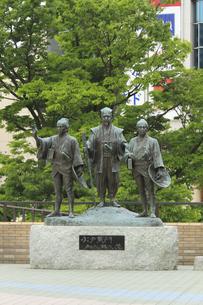 水戸黄門 助さん格さん像 :中央が黄門、左が助さん、右が格さん。水戸駅北口。の写真素材 [FYI00461631]