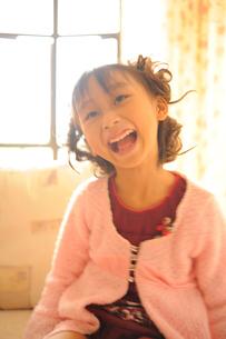 大笑いする女の子の写真素材 [FYI00461635]