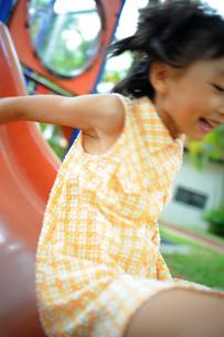 滑り台を楽しむ女の子の写真素材 [FYI00461646]