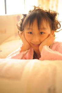 ほほ笑んで見つめる女の子の写真素材 [FYI00461649]