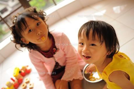おやつを食べる子供たちの写真素材 [FYI00461651]