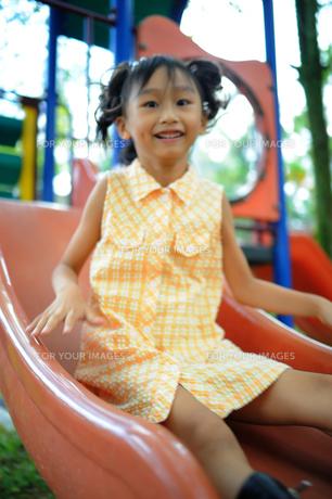 滑り台を楽しむ女の子の写真素材 [FYI00461655]