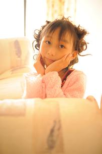 考える女の子の写真素材 [FYI00461656]