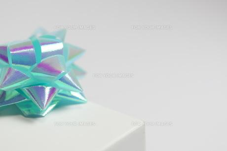 ギフト_パステルカラーの青いリボンの写真素材 [FYI00461809]