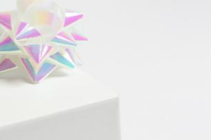 ギフト_パステルカラーのリボンと白い小箱の写真素材 [FYI00461811]