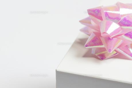 ギフト_パステルカラーのリボンと白い小箱の写真素材 [FYI00461812]