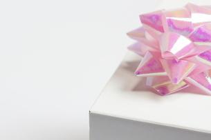 ギフト_パステルカラーのリボンと白い小箱の素材 [FYI00461812]