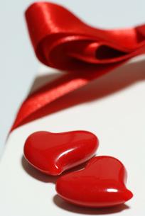 赤いハートとリボンの写真素材 [FYI00461814]