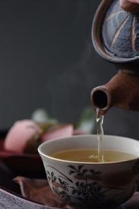 和_お茶を注ぐ_和菓子の写真素材 [FYI00461816]