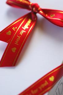 赤いリボンの贈り物の写真素材 [FYI00461818]