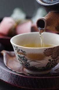 和_お茶を注ぐ_和菓子の写真素材 [FYI00461831]