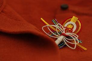 赤いセーターと水引の写真素材 [FYI00461862]