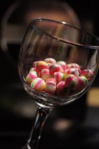 キャンディ と グラスの写真素材 [FYI00461872]