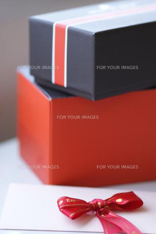 ギフトボックスとメッセージカードの写真素材 [FYI00461880]