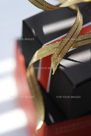ギフトボックスとゴールドのリボンの写真素材 [FYI00461881]