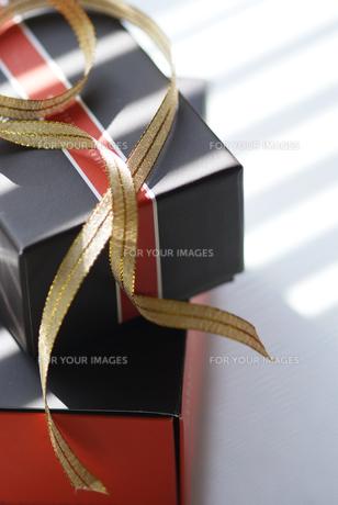 ギフトボックスとゴールドのリボンの写真素材 [FYI00461900]