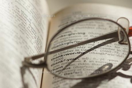 眼鏡_感謝_辞書の写真素材 [FYI00461924]