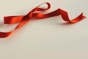 ギフト_赤いリボンの写真素材 [FYI00461962]
