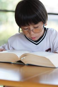 百科事典を見る子供の写真素材 [FYI00461977]