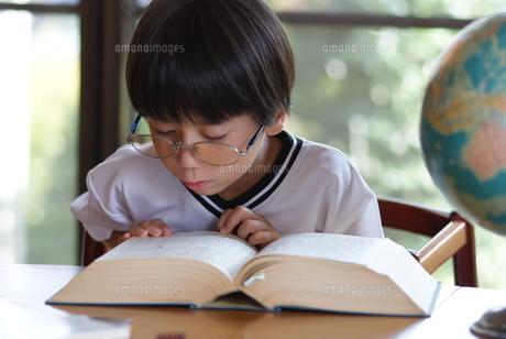 百科事典と地球儀と少年の写真素材 [FYI00461978]