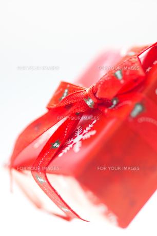 赤い箱のクリスマスプレゼントの写真素材 [FYI00462017]