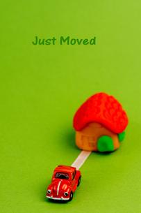 引っ越し_ 家と車_ just movedの写真素材 [FYI00462160]