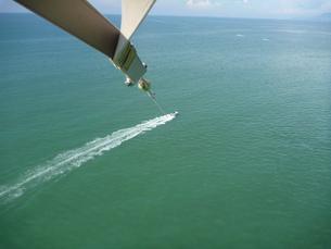 船に引かれるパラシュートからの眺めの写真素材 [FYI00462420]