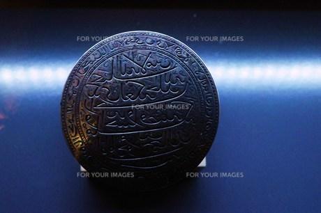 青い光の中のコインの写真素材 [FYI00462435]